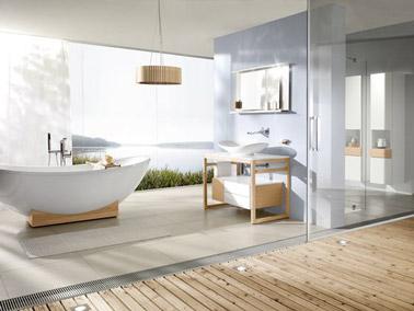 El baño adopta un ambiente de decoración natural gracias a los colores neutros, la bañera independiente y la madera.  ¡Momentos de relajación garantizados en el baño!