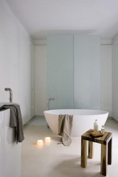 Decoración escandinava y ultra refinada en este relajante baño blanco equipado con una bañera independiente que no carece de elegancia y clase.