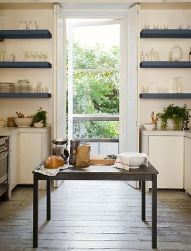 Estantes de cocina pintados en azul pizarra para contrastar con la pintura marfil de los muebles de cocina.  Colección Cream of Colors Paint Dulux Valentine