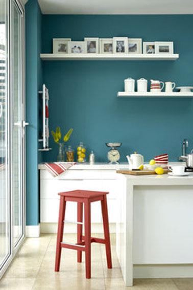 Una pintura azul polar para renovar tu cocina con muebles blancos, una idea de decoración barata para rehacer tu cocina sin romperlo todo