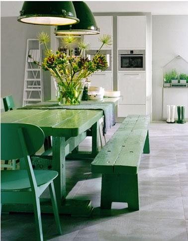 Para alegrar la decoración de esta cocina gris, la mesa, los bancos y las sillas han recibido una mano de pintura en un hermoso color verde que ilumina la cocina y resalta la elegancia del gris.