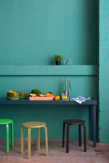 Para darle temperamento a la decoración de su cocina con la pintura mezclamos los colores intensos.  Paredes verde intenso, mesa azul turquesa, taburetes verde y negro con pintura Master in Color