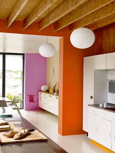 Colores para potenciar una cocina blanca.  Una idea inteligente, las secciones de la pared entre la cocina y el comedor están pintadas, una en rosa y la otra en naranja.  Pintura de color naranja sanguina, ralladura de naranja y color femenino Dulux Valentine Color Cream