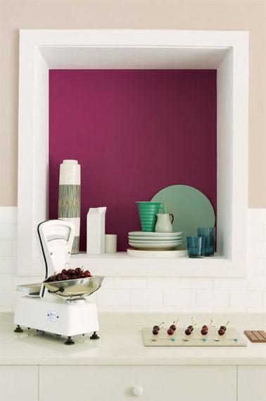 En la cocina, agregar color en contraste con la pintura blanca es suficiente para realzar la decoración.  Aquí el nicho está pintado con un color grosella negro cercano a la berenjena.  Pintura Fotográfica Dulux Valentine