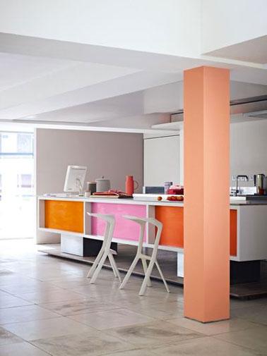 Una cocina de paredes grises dinamizada por los cuadrados de pintura del frontal de los muebles naranjas y rosas de la gama Kitchen & Bath de Dulux Valentine