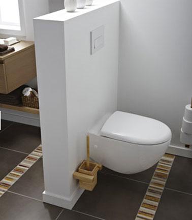 wc colgado en la pared con respaldo en una pequeña pared divisoria con el espacio del baño