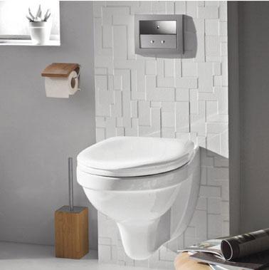 Diseño de inodoro decorativo en gris y blanco. Inodoro suspendido blanco, descarga con mecanismo silencioso de ahorro de agua.