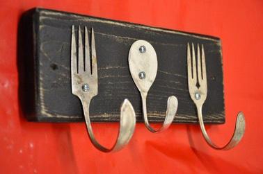 Cubiertos de plata viejos transformados en portapapelitos cuando se fijan en una tabla de madera, ¡no es baladí!