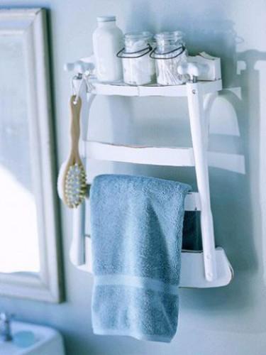Toallero elaborado con una silla de madera cortada para quitar las patas y reducir el asiento a la mitad.  El truco es bueno, ya que el nuevo toallero también sirve como estante de almacenamiento.