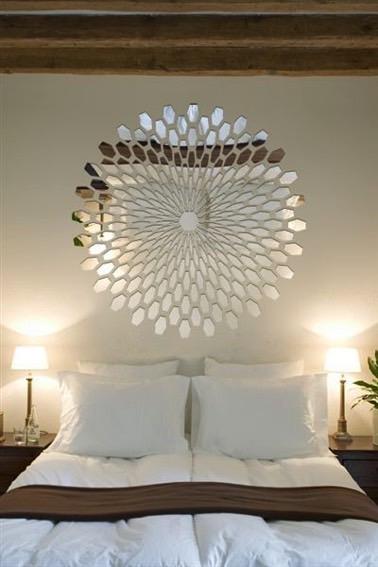 ¡Aquí hay un efecto decorativo hiper original logrado con pequeños fragmentos de espejos!  Sobre la cama, se coloca una hermosa flor para un dormitorio encantador.