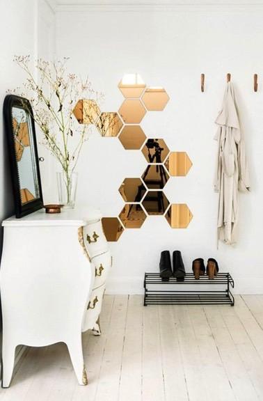 ¡Esta es una buena idea para vestir el vestíbulo de entrada!  Los espejos hexagonales colocados en la pared dan estilo a este pequeño espacio acogedor