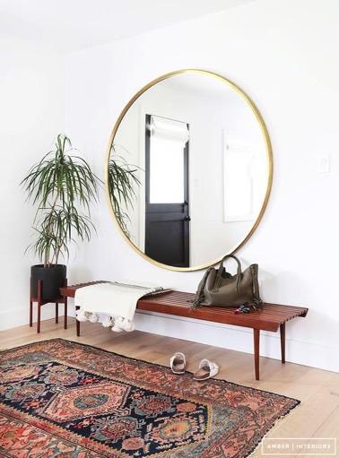 ¡Aquí hay una idea para usar si su vestíbulo de entrada parece demasiado pequeño!  Un gran espejo redondo ofrecerá un efecto de ampliación a la habitación, ¡hiper decorativo e inteligente!
