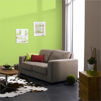 Salón en color topo y verde lima, blanco y beige