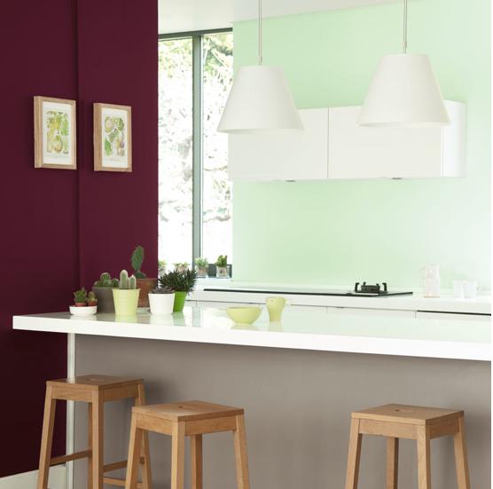 Ambiente natural y contraste vigorizante en la cocina cuando una pared de ciruela yuxtapone una pared verde mar.  Pinturas verde agua, arcilla gris y chocolate avellana.  Pintura de baño y cocina Dulux Valentine