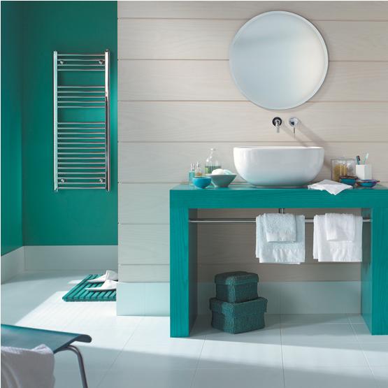 Color verde y blanco en el baño.  Decoración de baño: combinación de colores de moda de verde esmeralda y colores blancos puros.