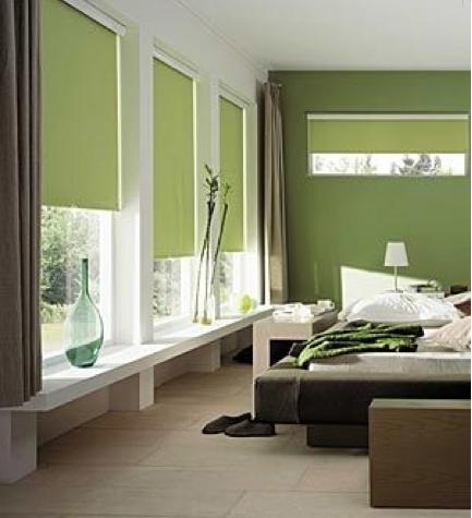 En el dormitorio, una relajante pintura verde oliva y un tono verde salvia combinan naturalmente con los muebles de madera oscura y los tonos naturales.  Foto 4 Paredes