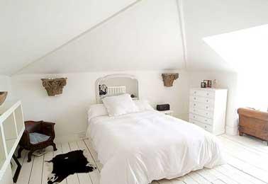 Hacer una cabecera con un espejo grande como decoración del dormitorio principal tiene la ventaja de duplicar el tamaño del dormitorio.  Para duplicar el efecto decorativo, coloque un mueble o un objeto hermoso frente a la cabecera.