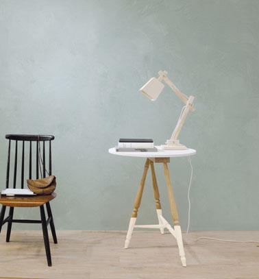 Para una decoración de sala de estar de estilo escandinavo, un revestimiento mineral azul fiordo mate con silla y mesa vintage