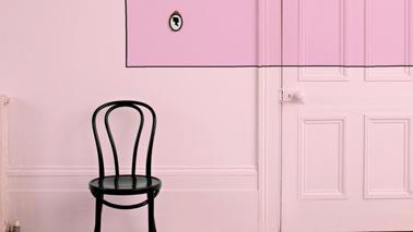 Una decoración de pared en una armonía de rosa empolvado y fucsia suave, la tendencia de color a adoptar para repintar el pasillo