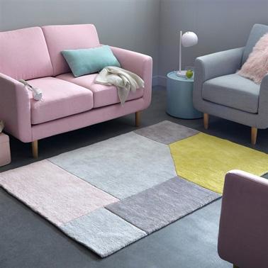 Una pequeña decoración de sala de estar en un lindo rosa y gris.  El suelo gris antracita revela la suavidad de los tonos rosa pálido y rosa pálido del sofá y la alfombra Alfombra de algodón con mechones gráficos, 2 tamaños, Dario en La Redoute