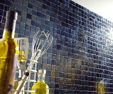 Azulejos de mosaico autoadhesivos para salpicaderos de cocina en auténtica pasta de vidrio.  Azulejos adhesivos que también se pueden instalar en el suelo o en una ducha italiana
