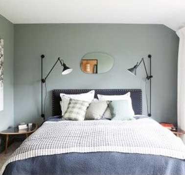 La iluminación también hace la decoración de una habitación.  Para una iluminación cómoda en esta habitación decorada por Sarah Lavoine, se han colocado 2 lámparas articuladas de diseño a cada lado de la cama.
