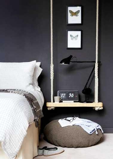 Hacer usted mismo una cabecera es una idea económica para la decoración del dormitorio.  Para hacer con objetos desviados, aquí un columpio crea una decoración poco convencional