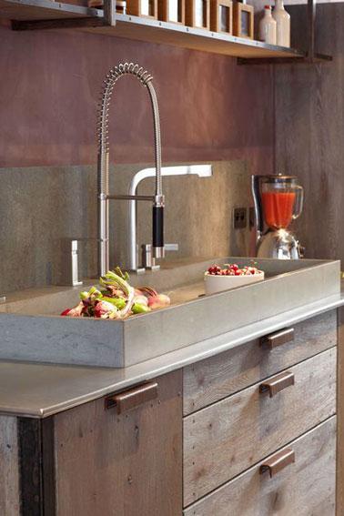 Llena de encanto, esta cocina rústica se realza con un salpicadero de piedra Anroche verde grisáceo que subraya la decoración original y natural.