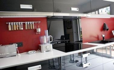 Como en esta cocina de diseñador en negro y rojo, la pintura V33 se convierte en tu mejor aliado para repintar tu salpicadero en azulejos anticuados y pasados de moda.