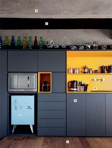 En esta cocina moderna, hemos optado por el azul pato combinado con un salpicadero amarillo que añade dinamismo a la decoración.  Un espacio resplandeciente donde el estilo está en la cita