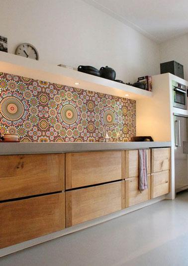 Mega práctico, lavable y cambiable en cualquier momento que nos apetezca, ¡el papel pintado colocado en el salpicadero es una buena solución decorativa en la cocina!