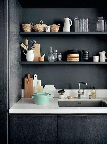 ¡Aquí hay una cocina a la que no le falta carácter!  El salpicadero gris antracita hace un bonito contraste con una encimera blanca para una decoración muy elegante.
