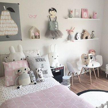 La decoración del dormitorio de esta niña evita errores de gusto sin dejar de ser muy femenina: juega con complementos infantiles y delicados toques de color.