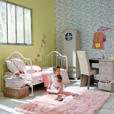 El dormitorio de esta niña es femenino sin parecer una caja de dulces: la piel sintética y el tapiz aportan suavidad a un conjunto dinámico y picante.