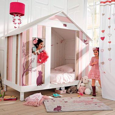 Una cama de cabina ocupa poco espacio pero le da carácter a la habitación de una niña.  La alfombra a juego de Maisons du Monde refuerza el lado acogedor de este pequeño nido acogedor.