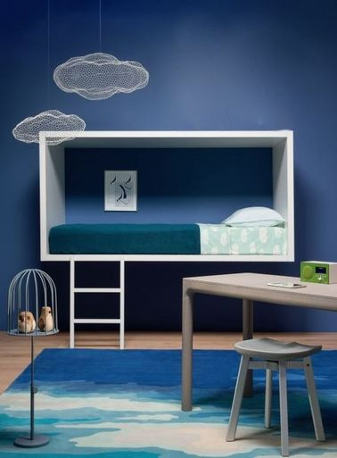 ¡Esta habitación de Frozen hará que todos los amigos de tu hija se pongan verdes de envidia!  La pintura azul y una alfombra inspirada en los glaciares refrescan la decoración.