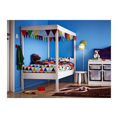 Esta cama de cabina blanca de Ikéa delimita un espacio personal e íntimo a un precio muy reducido.  Es perfecto para una habitación compartida con el hermano mayor o la hermana pequeña.