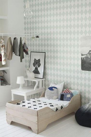 Es fácil decorar la habitación de una niña con sus vestidos y disfraces de princesa favoritos.  Haz una varilla con madera recuperada y cuelga tus perchas