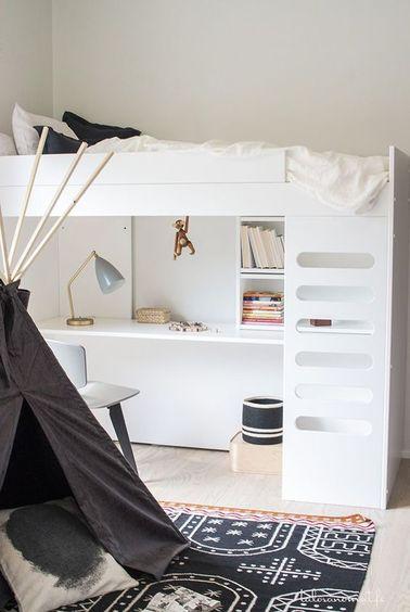 La habitación de esta niña está optimizada gracias a la cama de escritorio que ahorra espacio.  El tipi de juego se convierte en un espacio de lectura y reflexión para tu adolescente.