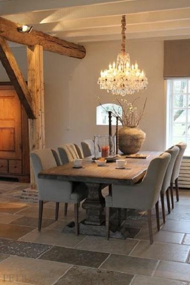 Rústico y de tendencia, este comedor adquiere un aspecto más elegante gracias a las tonalidades topo que lo componen.  Las paredes de color topo claro combinan perfectamente con la madera de la mesa y la viga expuesta.  Las sillas de color topo también aportan un toque extra de calidez a la habitación.