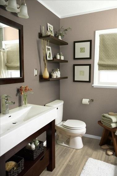 En este baño, el color topo recubre las paredes a la vez que combina la madera oscura y los elementos blancos.  Una original armonía cromática para el baño habitualmente frío, esta vez impregnado de un ambiente cálido y suave.