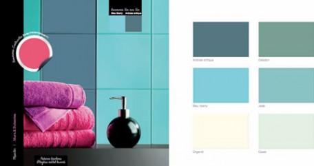 Azulejos de baño de dos tonos azules y verdes, estante de metal cepillado, toallas de felpa rosa