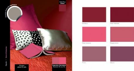 para la decoración del dormitorio de adultos, pintura de pared burdeos con acabado mate, ropa de cama y edredón rojo peonía, cojín de tela plateada