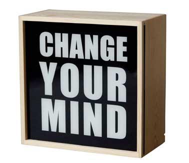 Corre la voz con estas cajas decorativas 100% divertidas.  También una buena idea para vestir un espacio algo lúgubre.  Cuadros de mensaje iluminados vistos en Mondesign.com 85 €