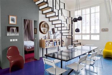 colores de comedor para una decoración de los años 60. Piso pintado de azul brillante, pared gris ratón y blanca, sillón rojo y amarillo de 60 pies.