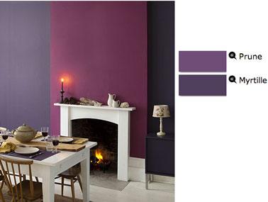 Color de pintura de ciruela y arándano en contraste, comedor con chimenea, paneles de madera y mesa de madera blanca