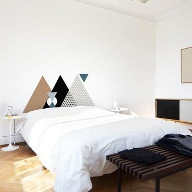 La decoración con formas geométricas también puede ser garantía de elegancia.  Pintado en la pared del dormitorio como cabecera, es personal y delicado.