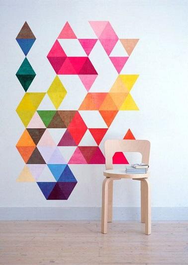 La decoración gráfica con formas geométricas también está disponible en vinilos decorativos.  Coloreados, iluminan una habitación y le dan nueva vida.
