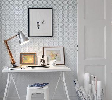 El papel pintado de formas geométricas es un imprescindible de moda para el interior.  Fácil de instalar, te permite mantenerte en la tendencia de la decoración sin dificultad.