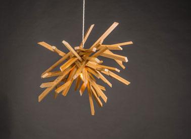 Esta creación única es una obra de arte además de ser una lámpara colgante para el salón.  Está en el espíritu de la marca Koska, la modernidad y la innovación.
